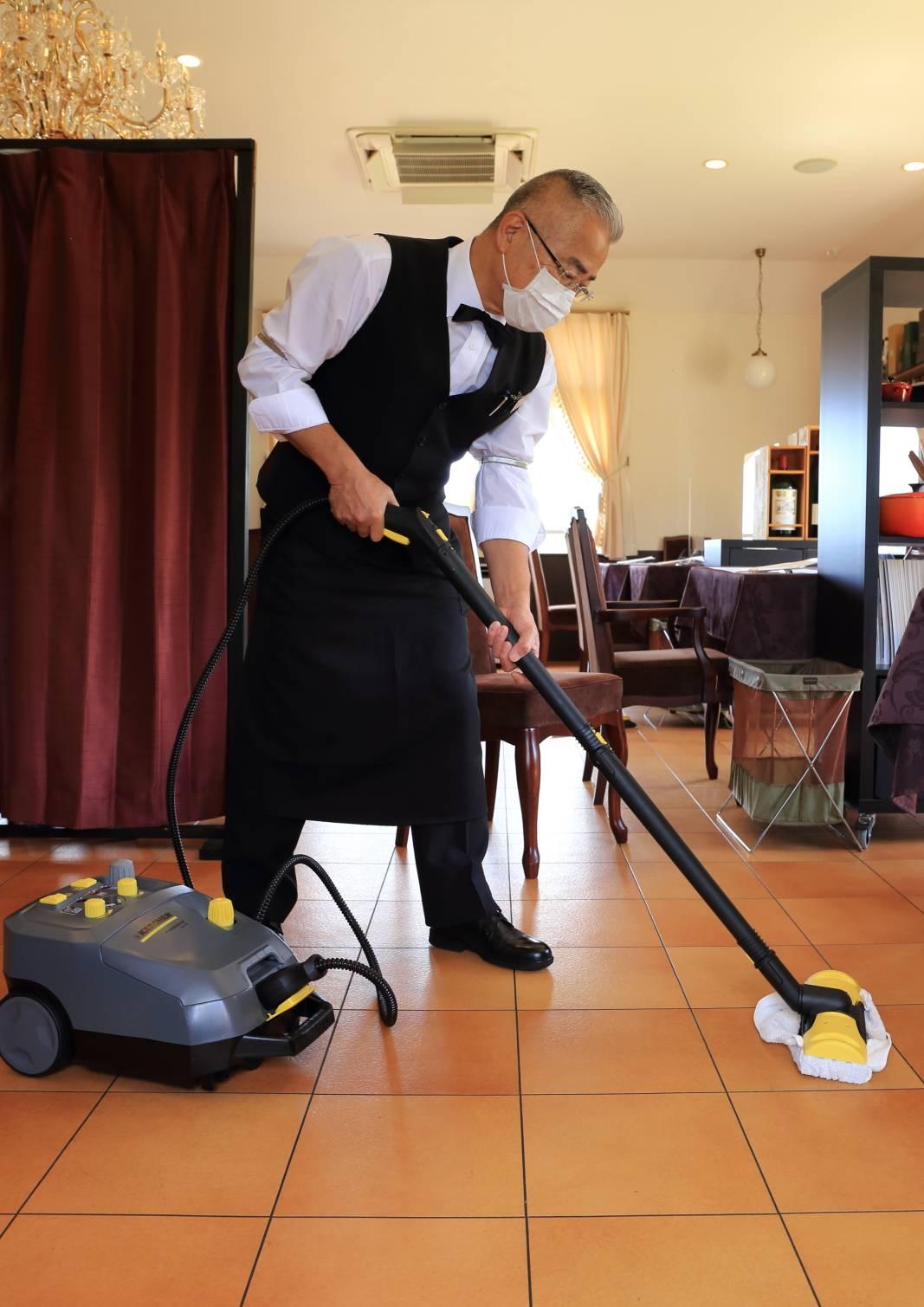 店内掃除・衛生管理の様子